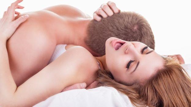 Um casal fazendo sexo