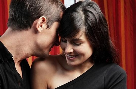 Um homem paquerando uma mulher